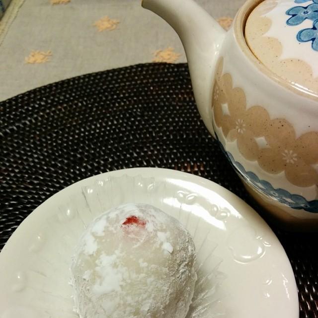 牛スジのどて煮をコトコトしてる間に、高島屋に入ってる金沢の和菓子屋「村上」の苺大福で一休み!ここは白餡バージョンもあるのが嬉しい!